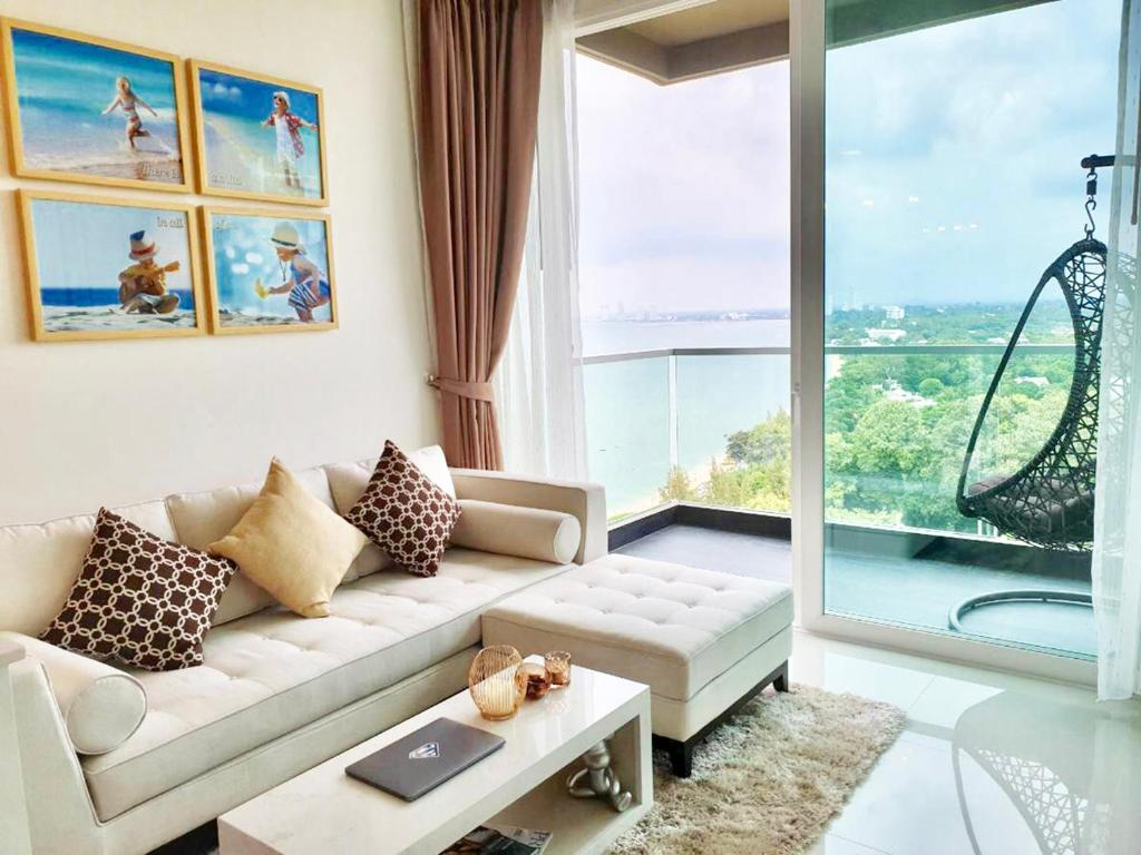 Гостиная зона в Delmare Bangsaray Beachfront x Stunning&High Sea View