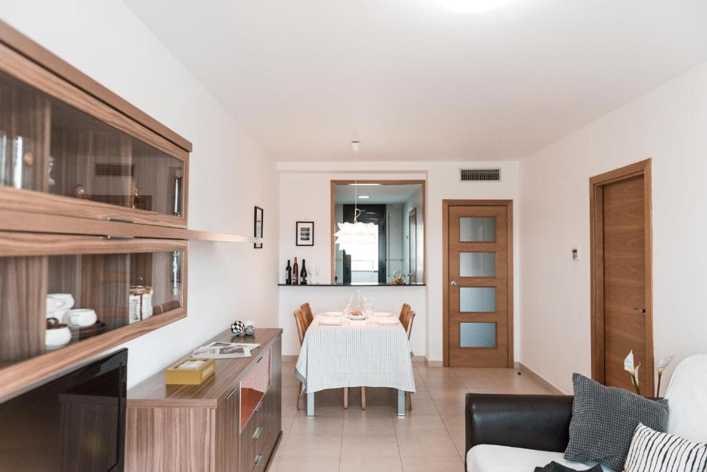 A kitchen or kitchenette at Apartament Oliveres IV by Hauzify