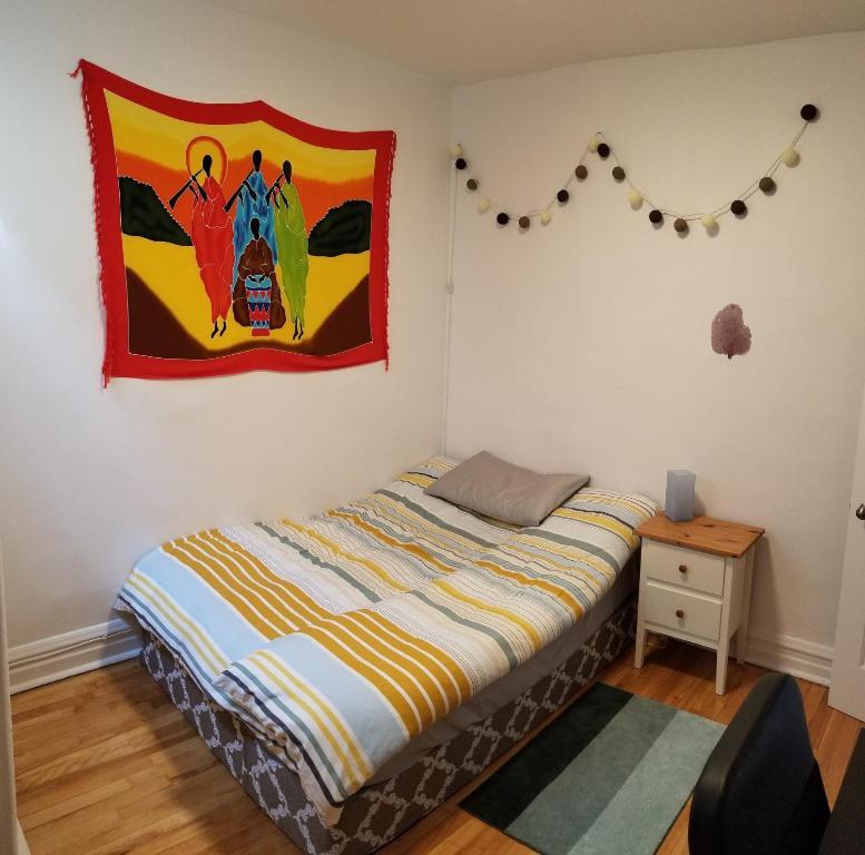 A bed or beds in a room at Très belle chambre double dans 4 1/2 neuf et calme à 3mn du métro