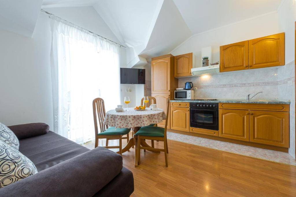 A kitchen or kitchenette at Villa Adria Apartments