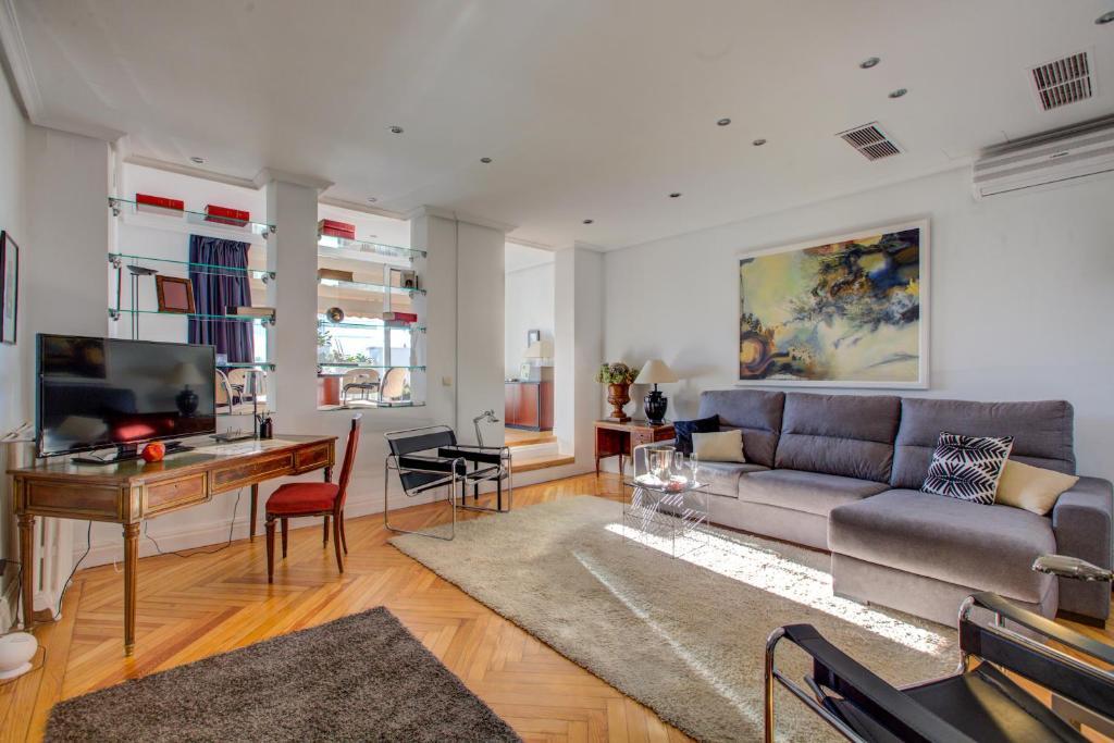 Ein Sitzbereich in der Unterkunft UD Apartments - Central Gran Via Apartment