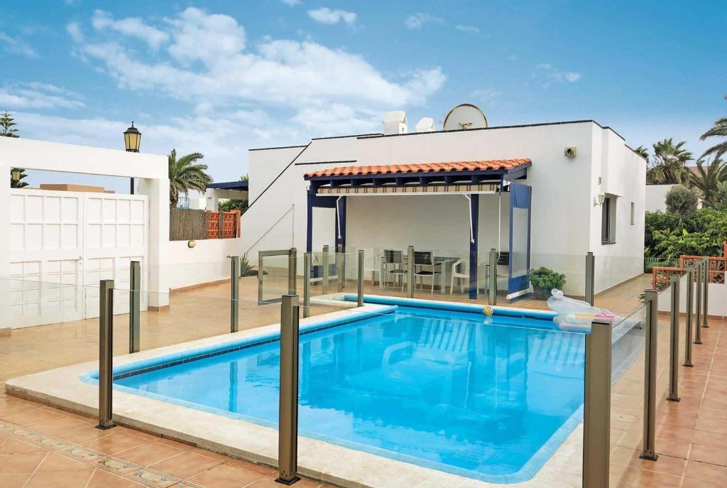 Het zwembad bij of vlak bij Corralejo Villa Sleeps 5 WiFi
