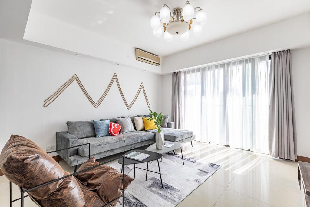 A seating area at Zhuhai Xiangzhou·Huafa Mall· Locals Apartment 00175290