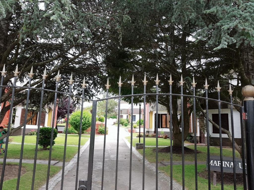 Un jardín fuera de Chalet Villa Gesell, Centro
