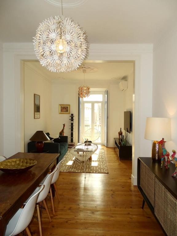 Een restaurant of ander eetgelegenheid bij Luxurious Apartment heart of Principe Real