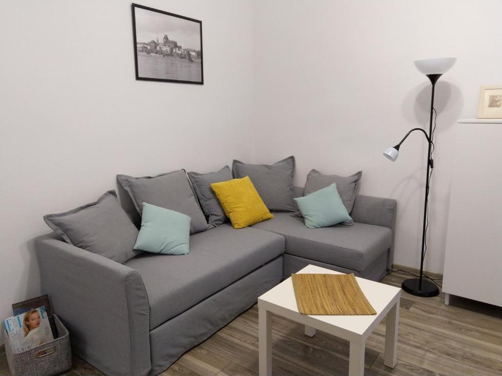 A seating area at Apartament PRZEDZAMCZE