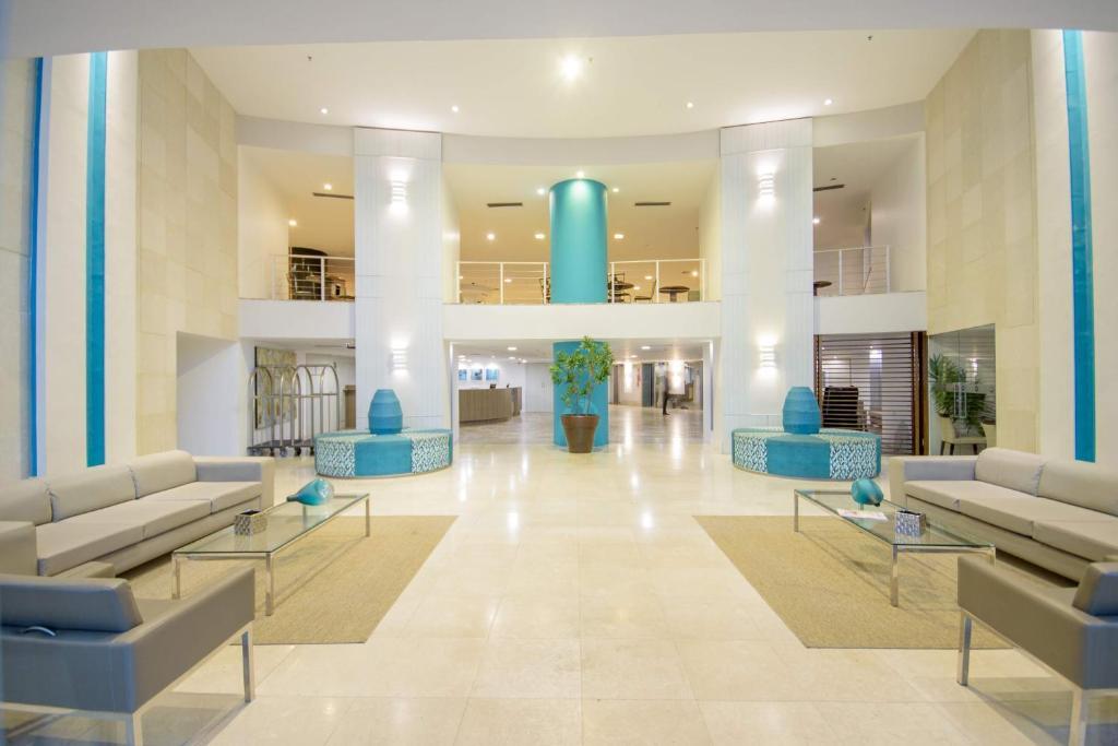 A piscina localizada em Oasis Atlantico Fortaleza ou nos arredores