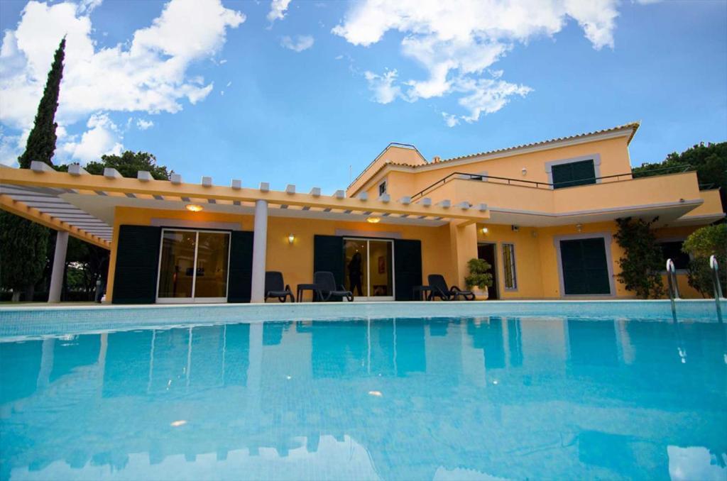 The swimming pool at or near Villa Lopes