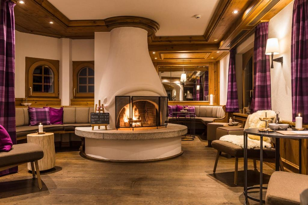 The lobby or reception area at Hotel Bella Vista Zermatt