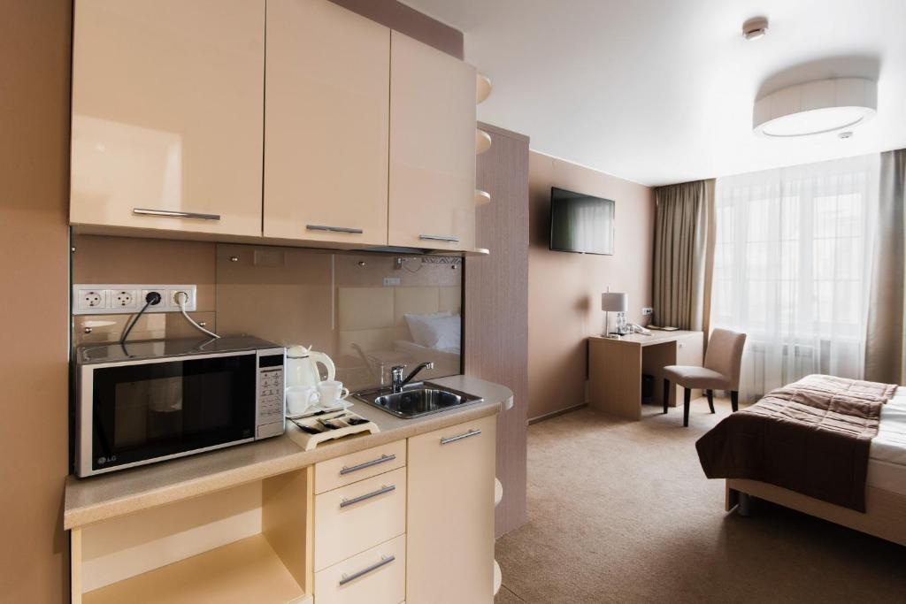 Кухня или мини-кухня в Я-Отель