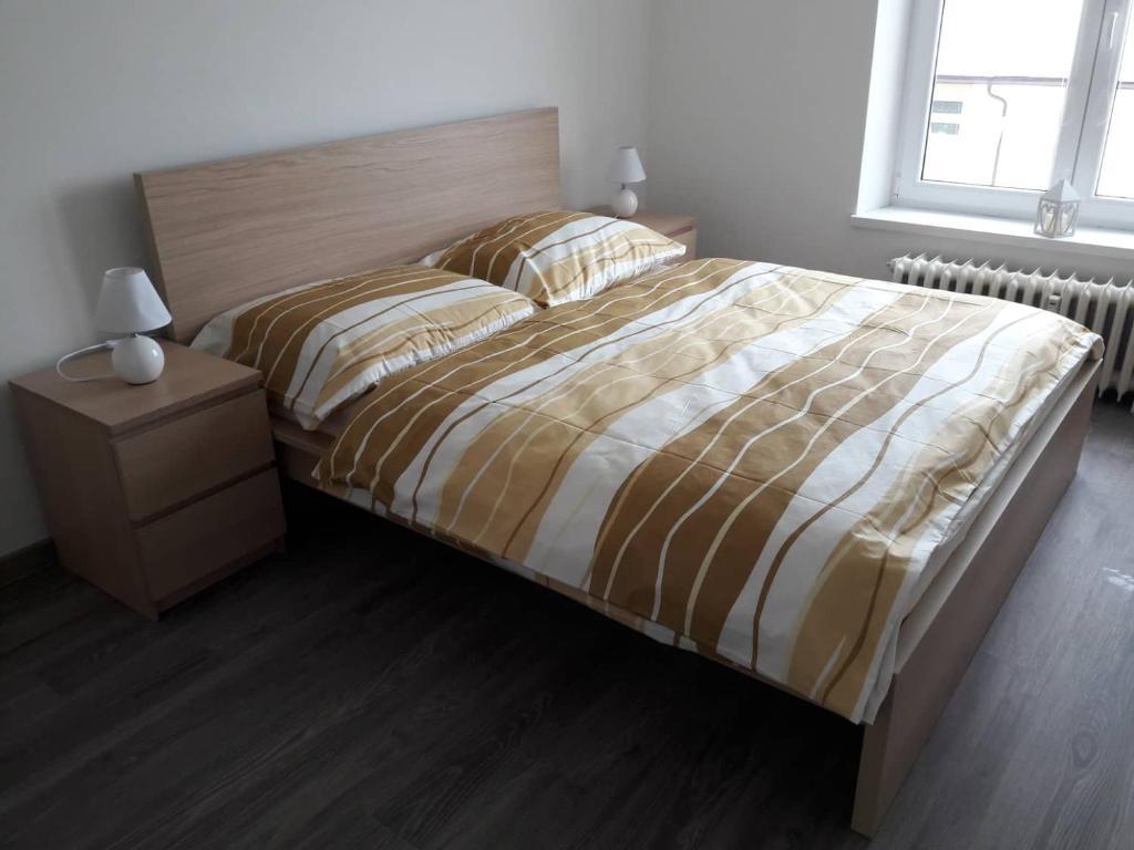 Säng eller sängar i ett rum på Apartman Dominik