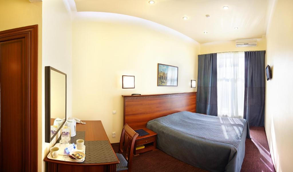 A bed or beds in a room at Nautilus Inn