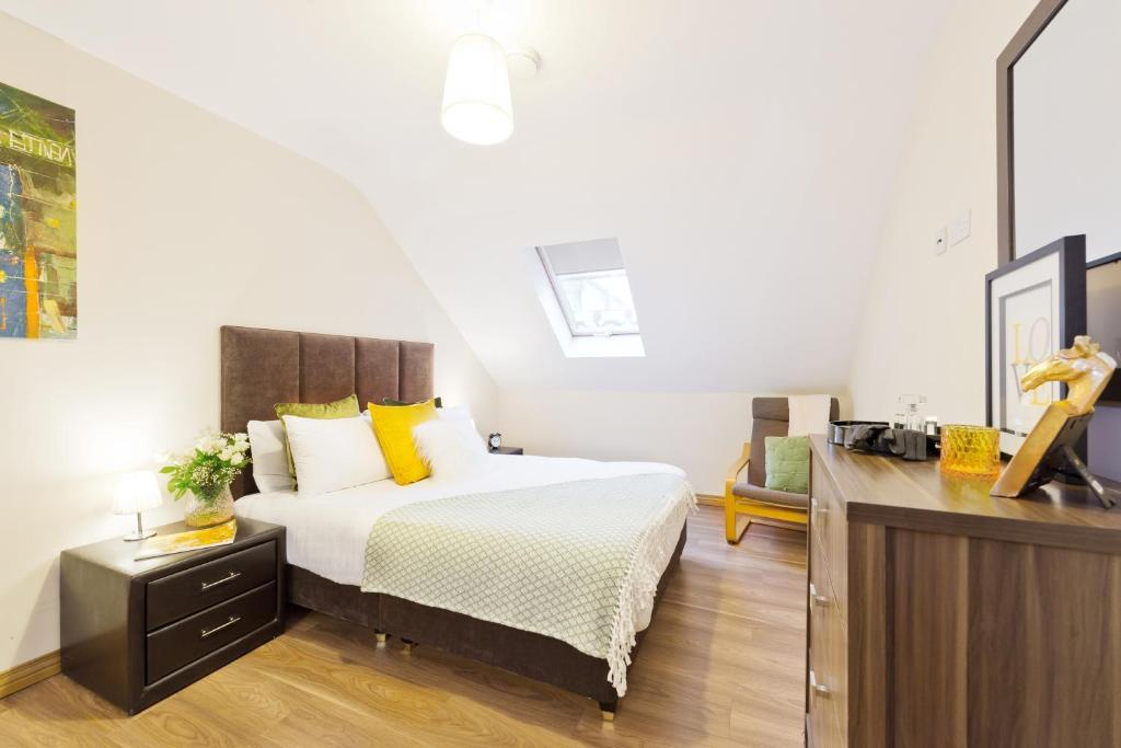 A bed or beds in a room at Five Lamps Suites