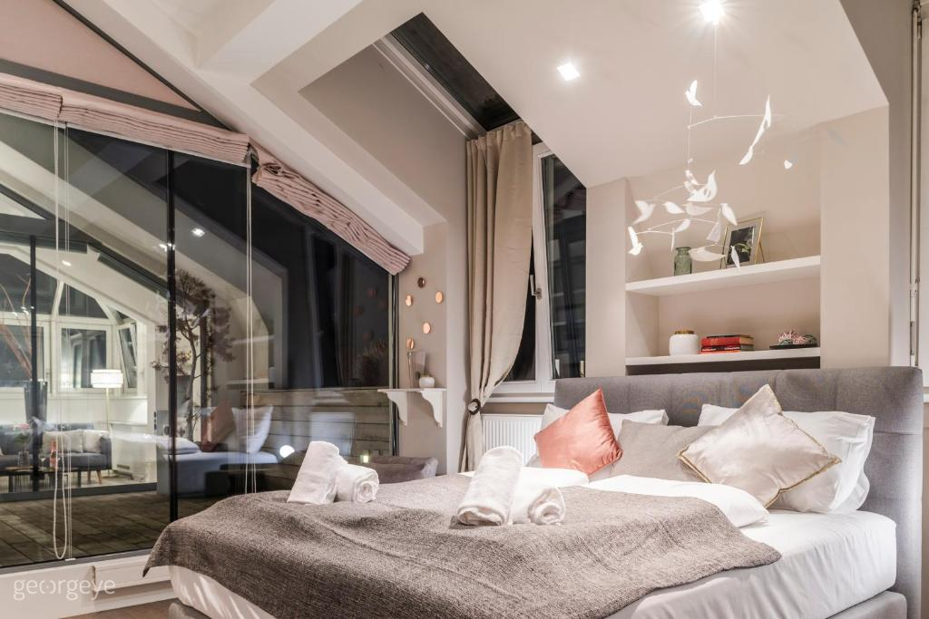 A bed or beds in a room at Rooftop Suite Börse by welcome2vienna