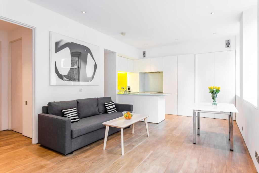 A seating area at Oxford Circus Designer Apartment