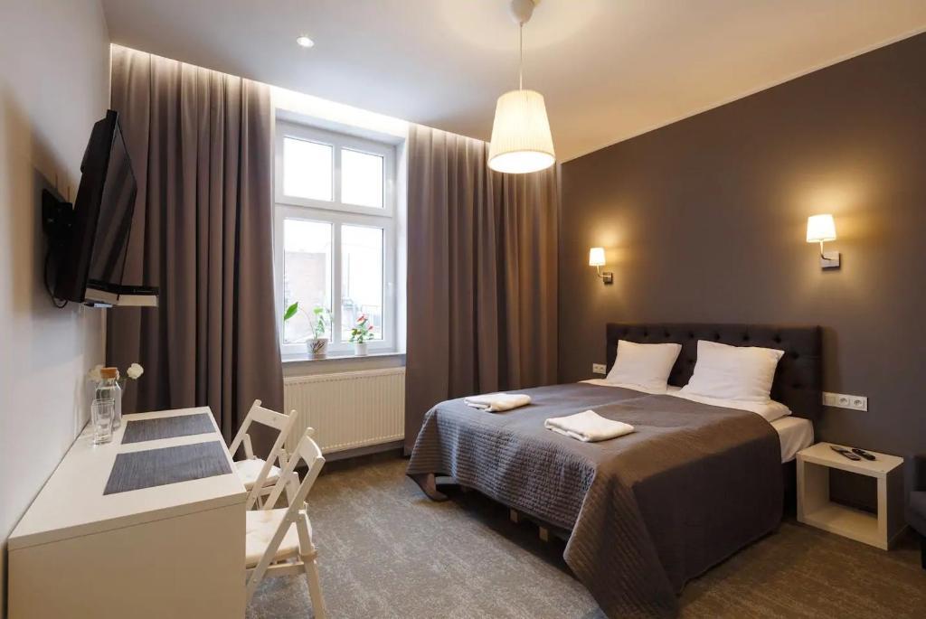 מיטה או מיטות בחדר ב-Przystanek Katowice Mariacka 26