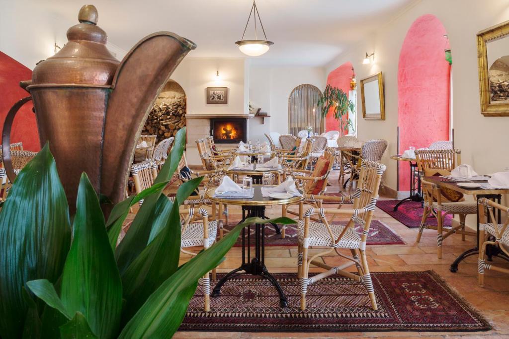Un restaurante o sitio para comer en The American Colony Hotel - The Leading Hotels of the World