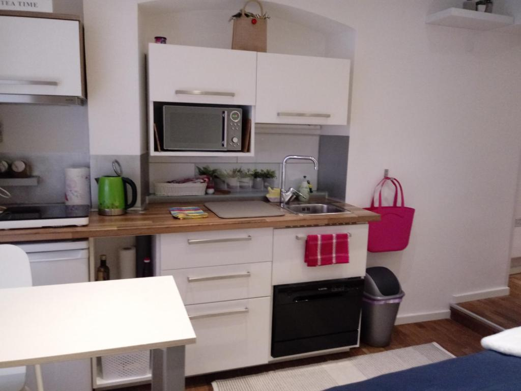 A kitchen or kitchenette at Apartment EMA