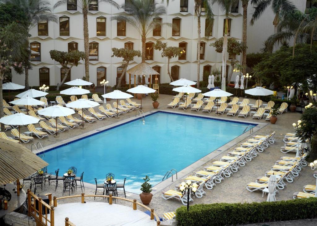 Uitzicht op het zwembad bij Le Passage Cairo Hotel & Casino of in de buurt