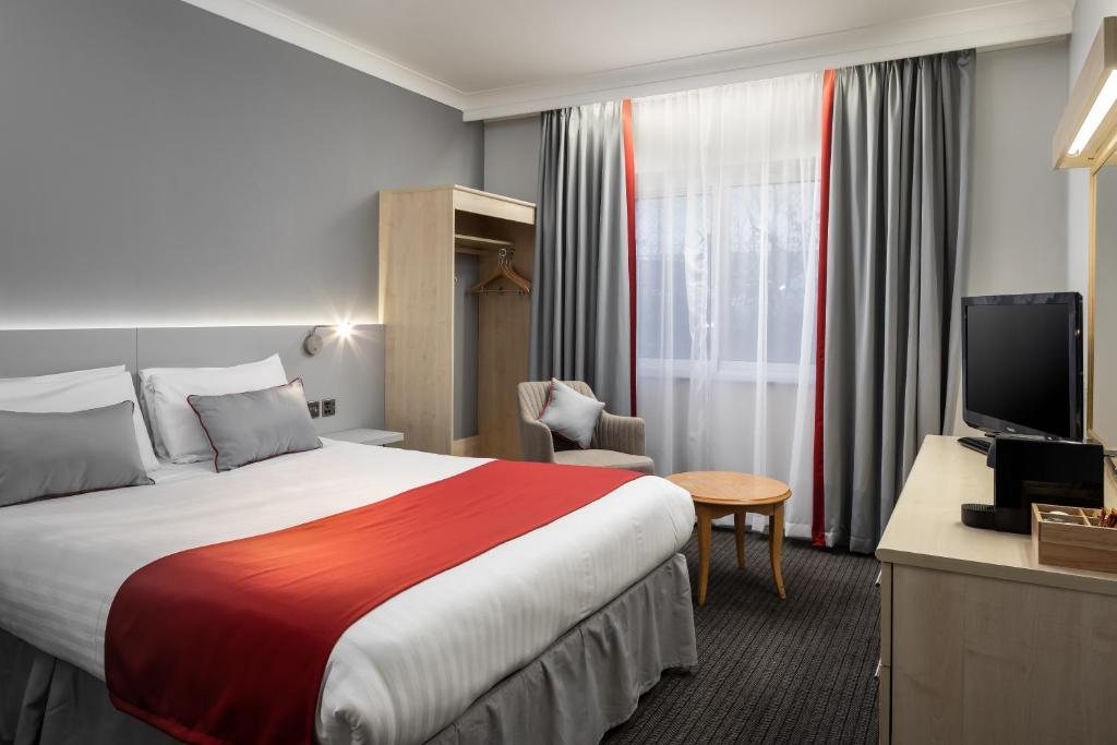 Ein Bett oder Betten in einem Zimmer der Unterkunft Ramada London Finchley