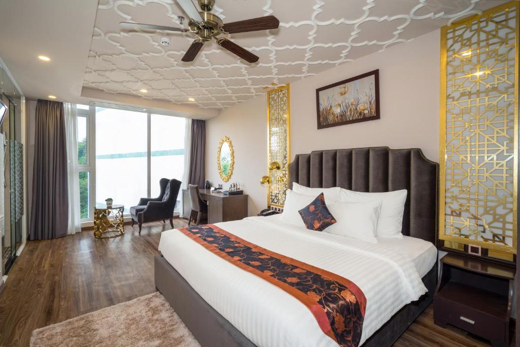 Un pat sau paturi într-o cameră la Cicilia Saigon Hotels & Spa