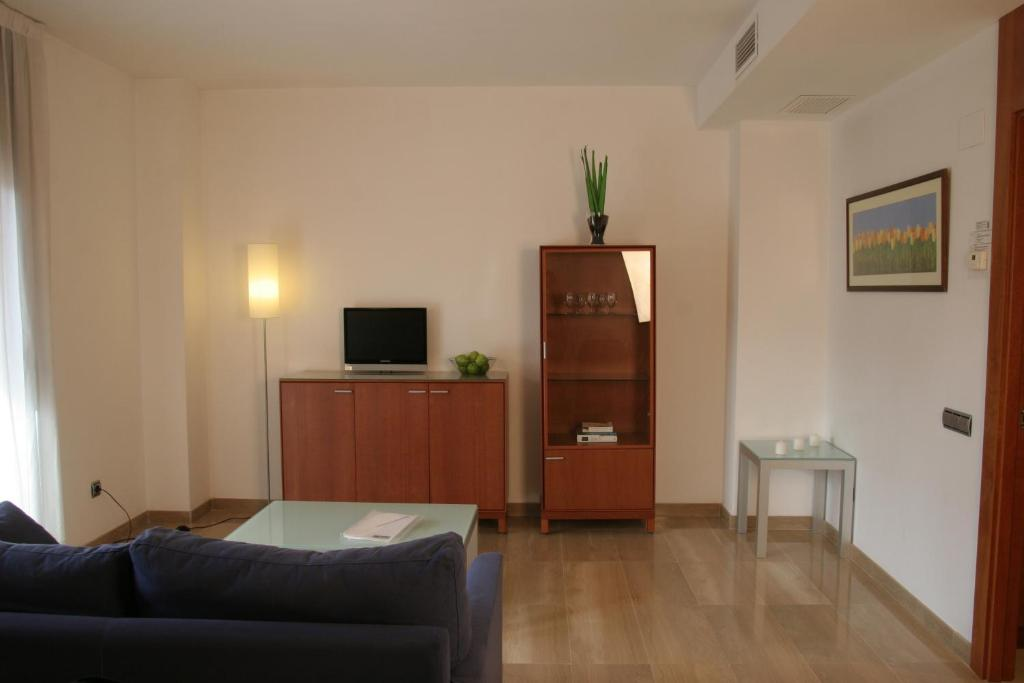 A television and/or entertainment center at Suites Aragó 565 - Abapart