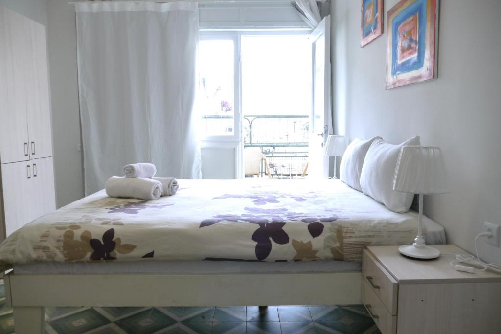 A bed or beds in a room at Florentin Guesthouse