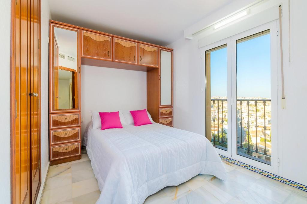 A bed or beds in a room at Apartamento Torrevieja Sunrise Atalayas Royale