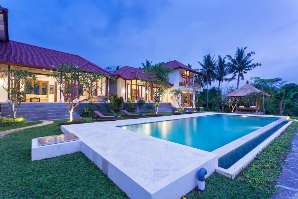 A piscina localizada em Champaca Villa Ubud ou nos arredores