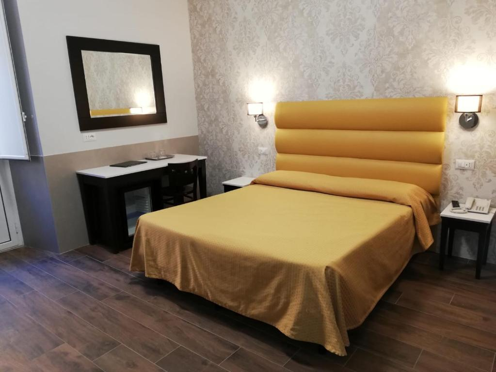 A bed or beds in a room at Hotel Virgilio