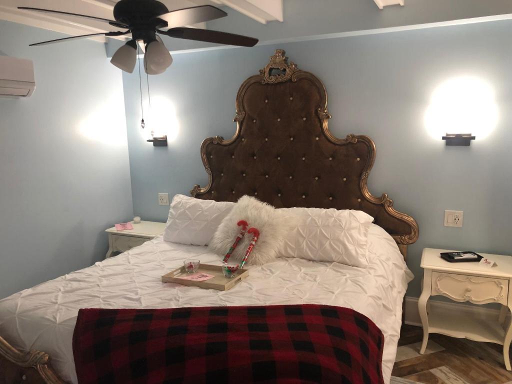 Ein Bett oder Betten in einem Zimmer der Unterkunft Haunted Hotel New Orleans