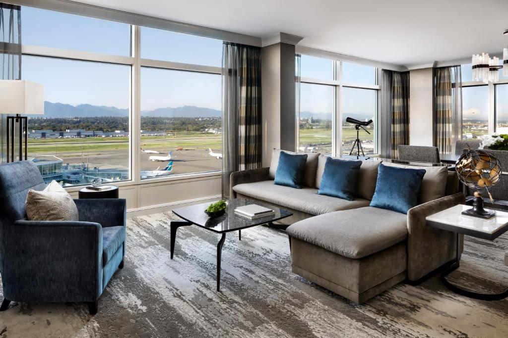 A seating area at Fairmont Gold at Fairmont Vancouver Airport