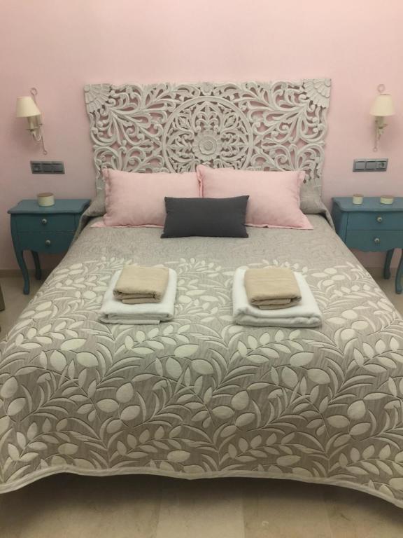 A bed or beds in a room at Ap. Palacete Marqués d la Vega