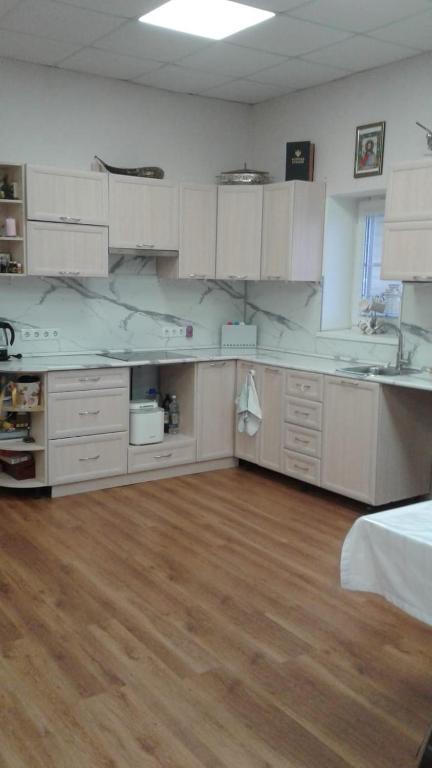 Кухня или мини-кухня в Apartment on Spartaka 33