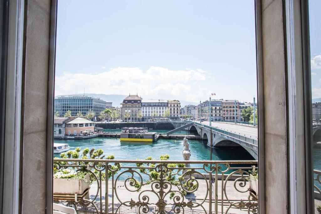 Изглед към басейн в Hotel des Tourelles или наблизо