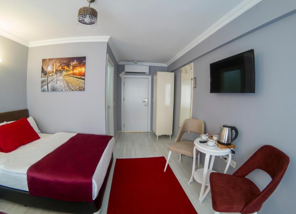 Телевизор и/или развлекательный центр в Sirkeci Family Hotel