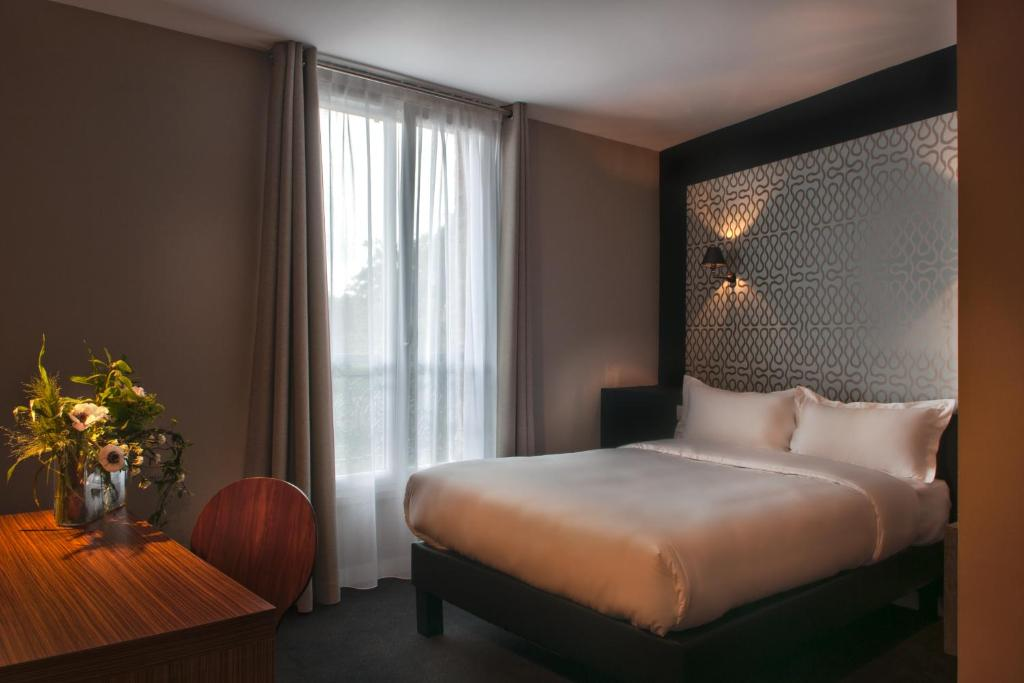 A bed or beds in a room at Hotel Les Terres Blanches