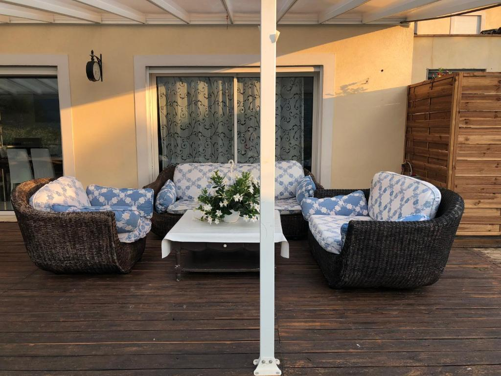 A seating area at Petite maisonette adossee mais independante avec piscine
