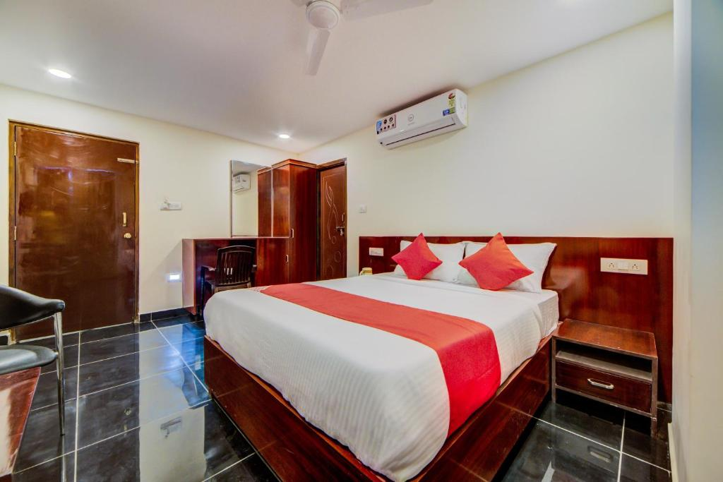 A bed or beds in a room at OYO 26164 Supraja Royal Suites