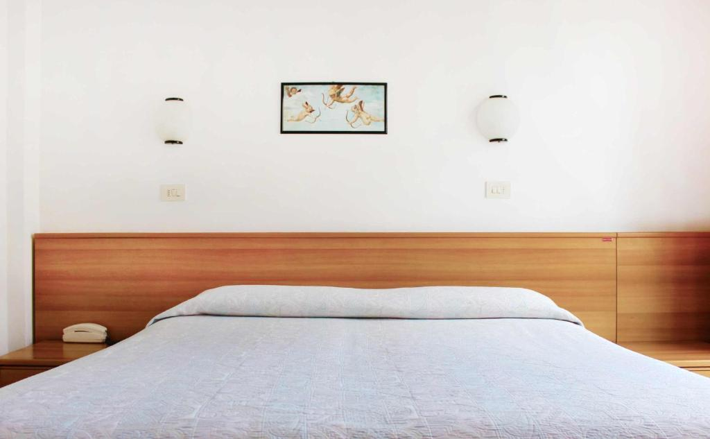 A bed or beds in a room at Hotel Ribot