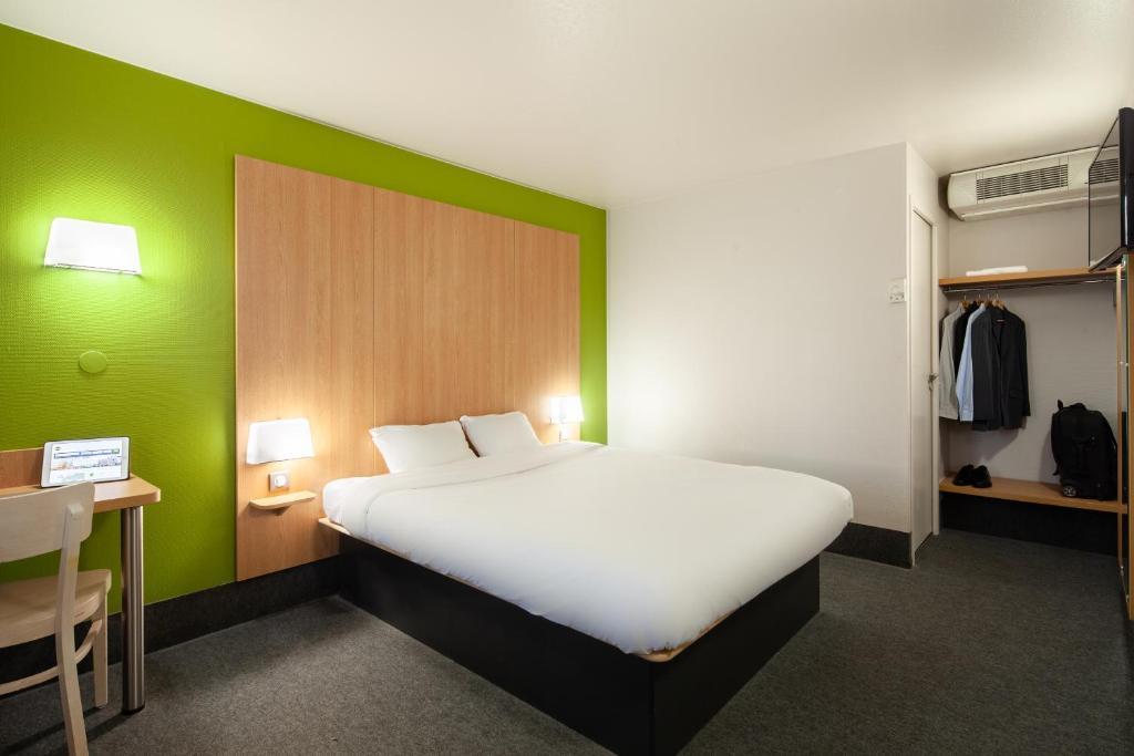 Un ou plusieurs lits dans un hébergement de l'établissement B&B Hôtel Herblay