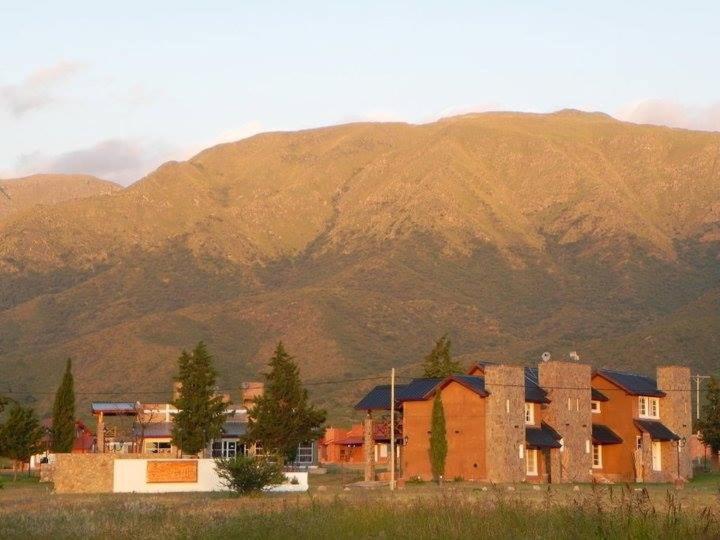 Una imagen general de la montaña o una montaña tomada desde el hotel