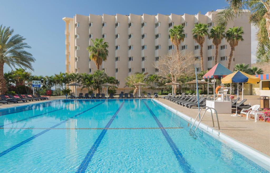 בריכת השחייה שנמצאת ב-מלון פרימה מיוזיק אילת או באזור