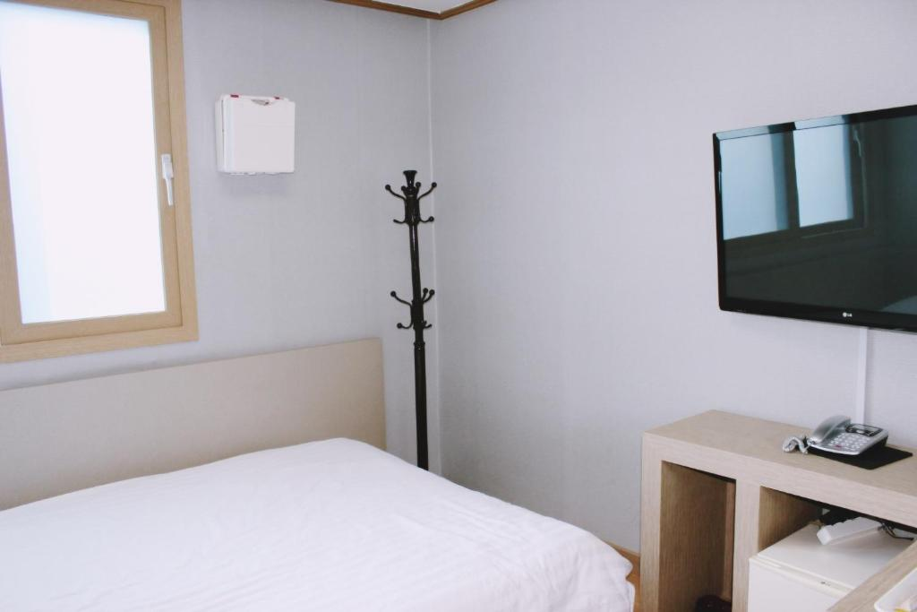 A television and/or entertainment center at Gipoong Hotel