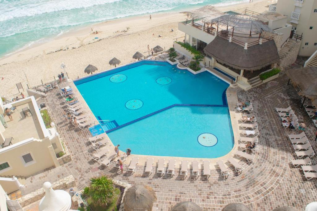 Vista sulla piscina di BSEA Cancun Plaza Hotel o su una piscina nei dintorni