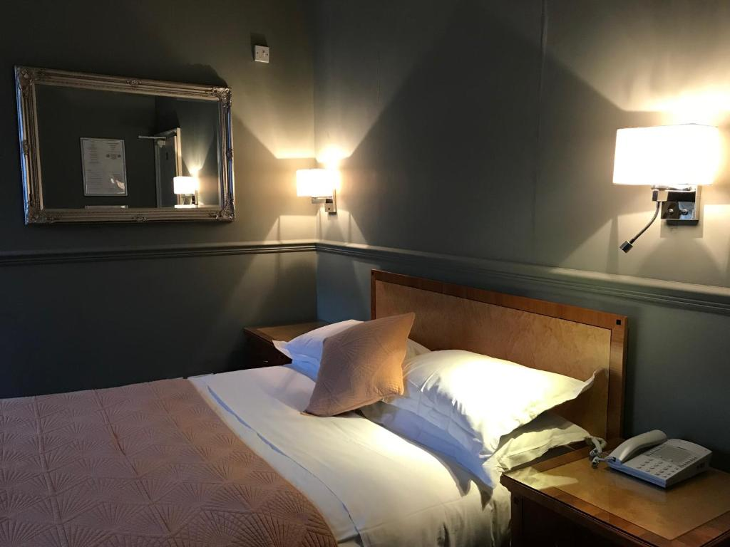 A bed or beds in a room at Eurobar & Hotel