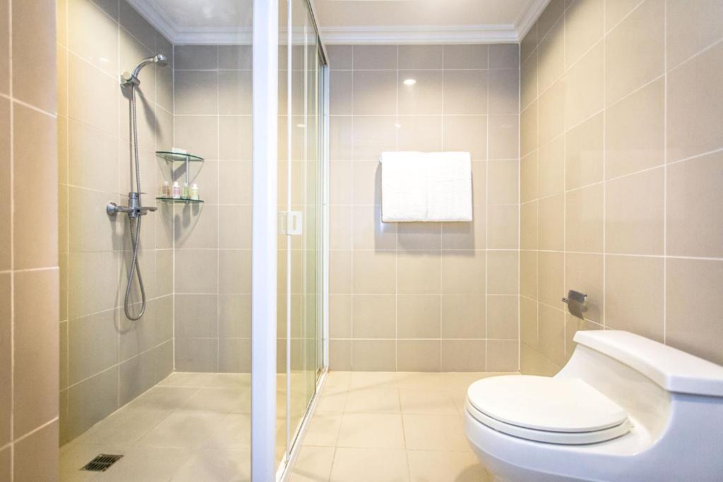 A bathroom at Fraser Place Manila