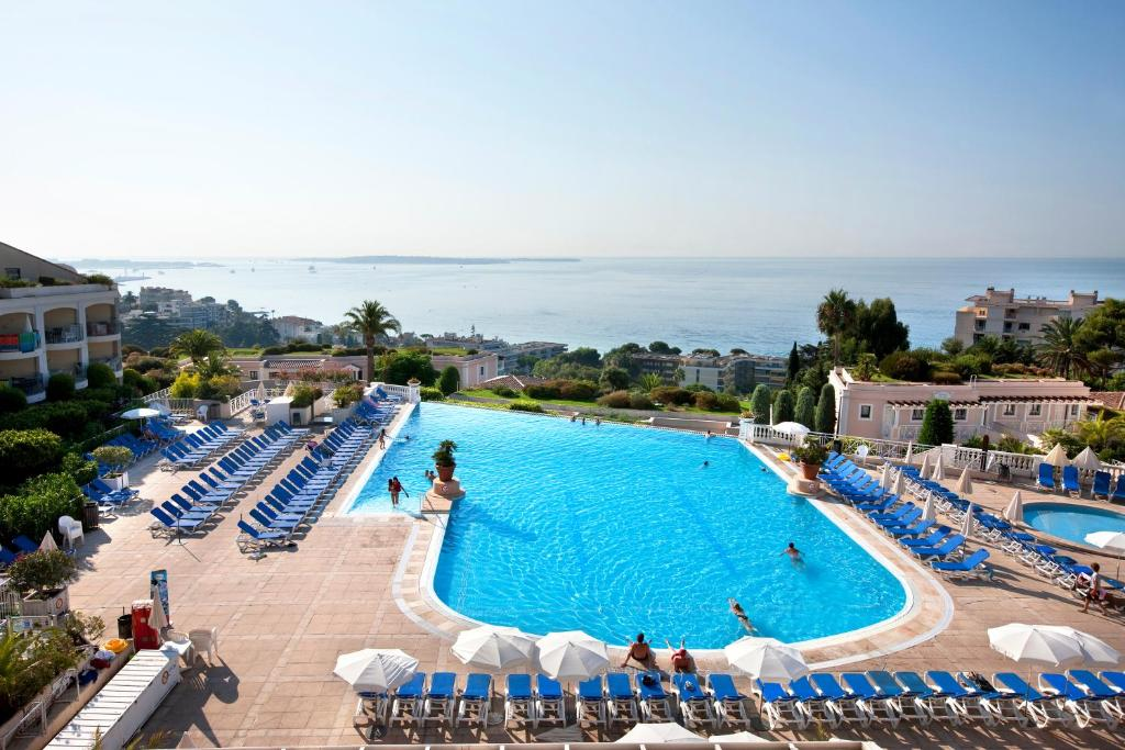 A view of the pool at Résidence Pierre & Vacances Cannes Villa Francia or nearby