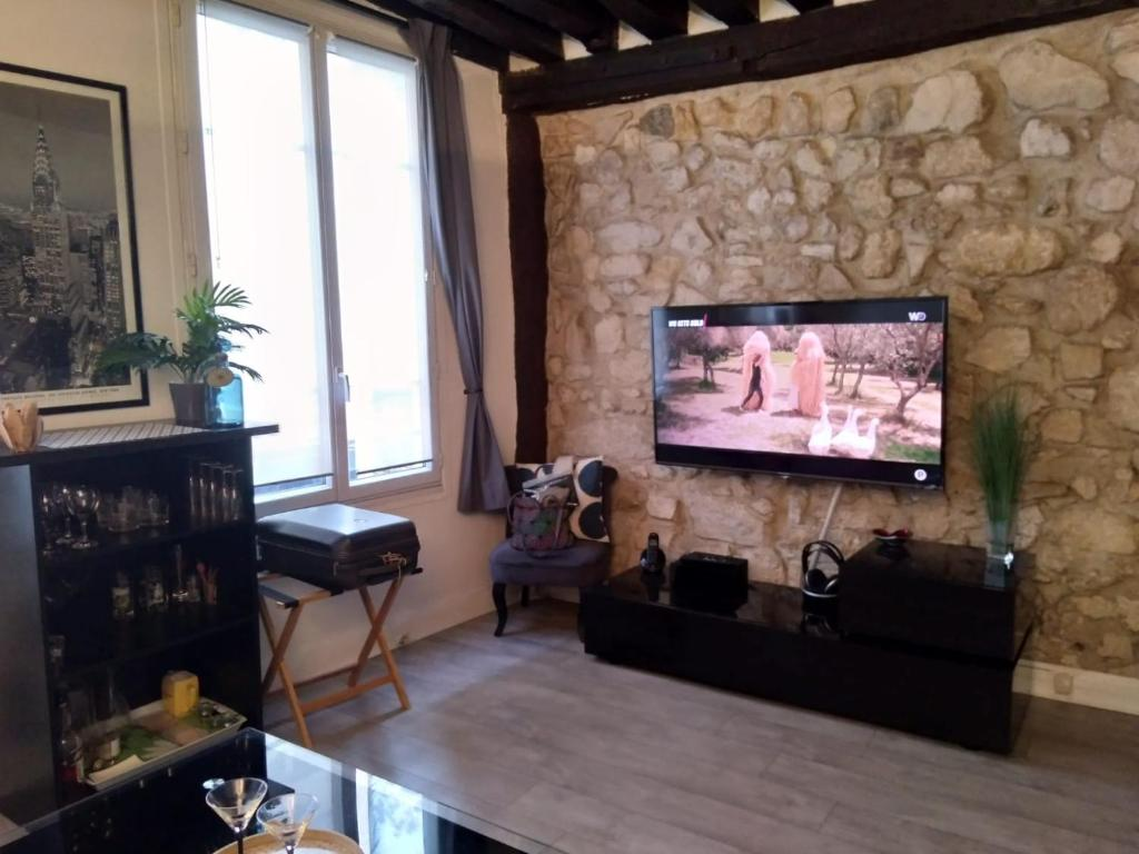A television and/or entertainment centre at Appartement St Martin