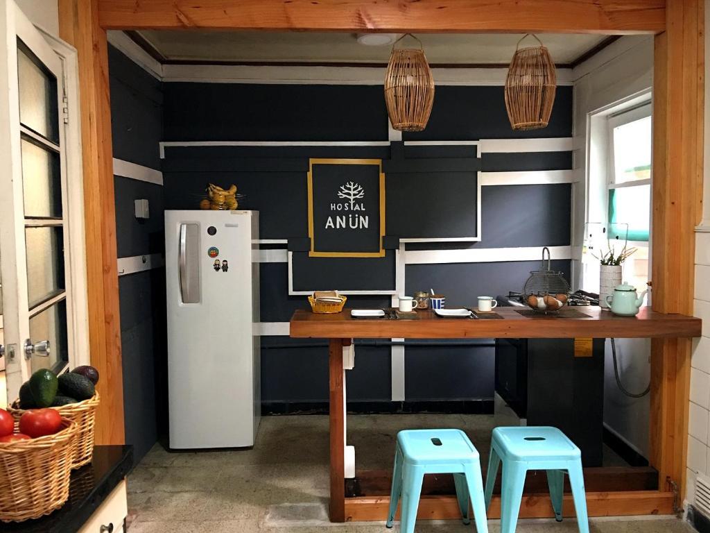 A kitchen or kitchenette at Hostal Anün